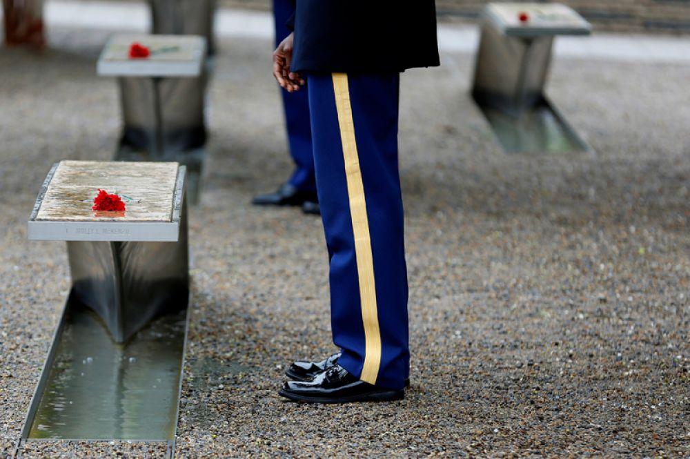 Военнослужащий армии США перед Мемориалом Пентагона, посвященного 184 мужчинам и женщинам, погибшим во время терактов 11 сентября, Вашингтон.