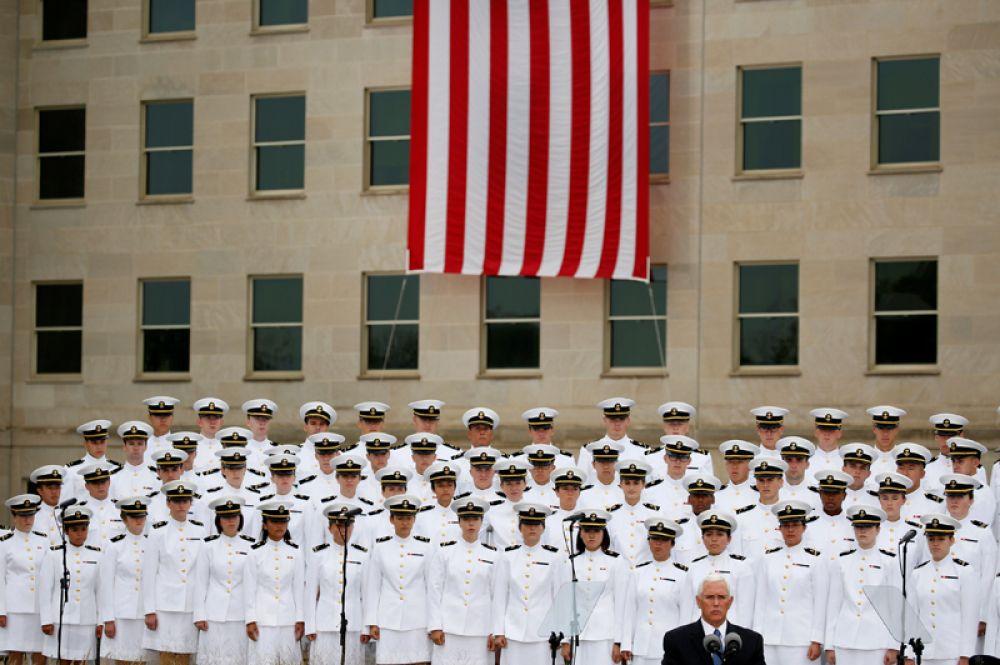 Вице-президент США Майк Пенс выступает на 17-й ежегодной церемонии в память о погибших 11 сентября, Пентагон, Вашингтон.