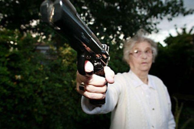 В Киеве пенсионерка стреляла из окна в молодую пару и ранила девушку