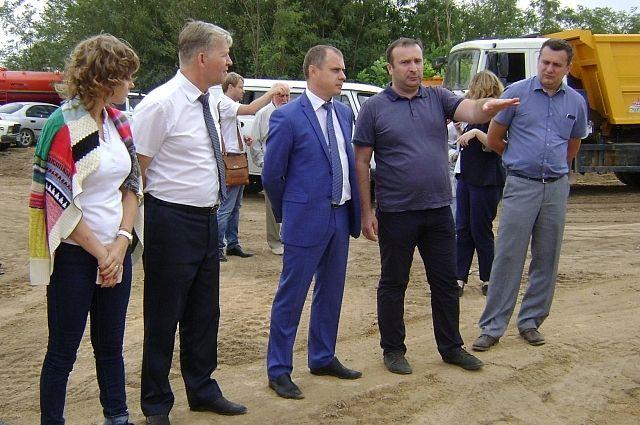 Министр ЖКХ Ростовской области Андрей Майер (в центре) с представителями администрации Волгодонска, подрядной организации и регионального оператора МЭОК.