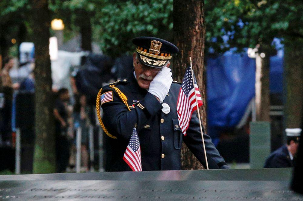 Мужчина у Национального мемориала и музея 11 сентября, построенного на месте башен Всемирного торгового центра, во время памятных мероприятий, посвященных 17-й годовщине трагедии, Нью-Йорк.