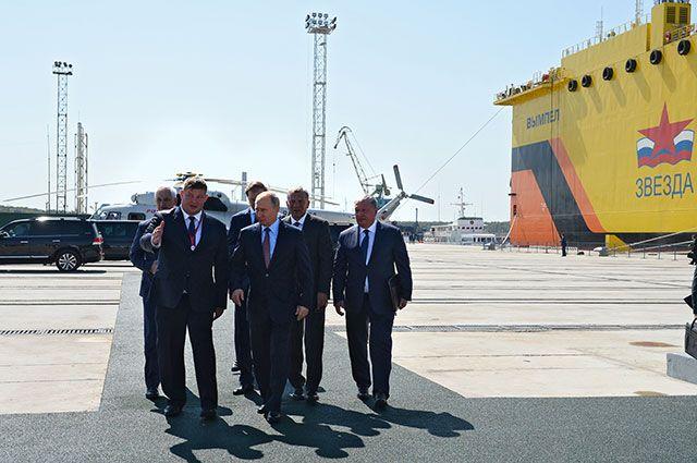 Президент РФ Владимир Путин во время посещения Дальневосточного судостроительного комплекса «Звезда» в городе Большой Камень.