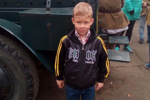 Мама мальчика считает, что он может быть одет в эту самую кофту.