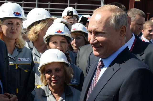 Президент РФ Владимир Путин общается с рабочими во время посещения Дальневосточного судостроительного комплекса «Звезда» в городе Большой Камень Приморского края.