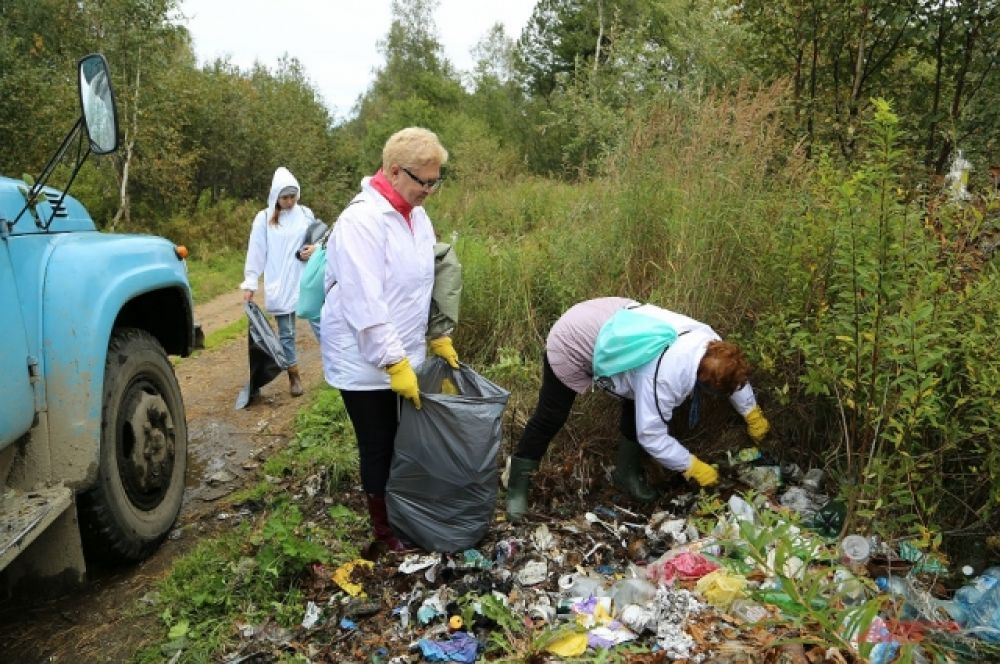Волонтеры отмечают, что на Байкале не хватает мусорных контейнеров, которые могли бы решить проблему несанкционированных свалок.