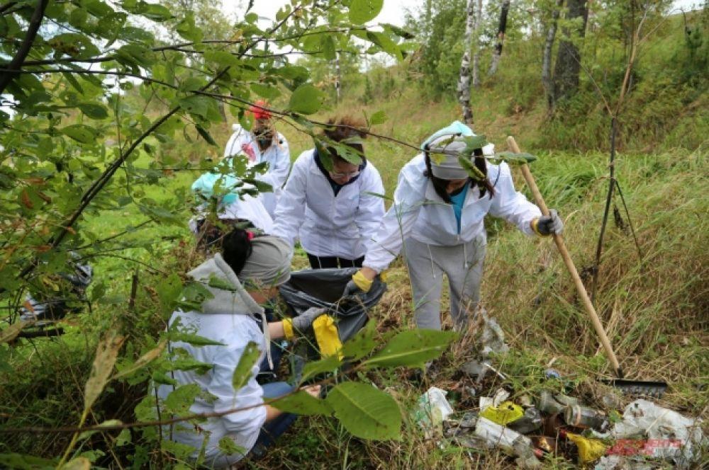 Большое количество мусора на побережьях рек, озер и водоемов Иркутской области заставляет родителей маленьких детей волей-неволей превращаться в волонтеров.