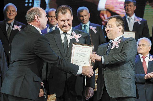 Сергей Андронов и Олег Третьяков вручают награду Василию Перевертеню.