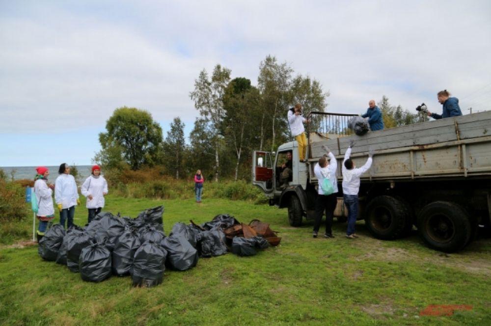За несколько часов с берегов Байкала собрали 68 КаМАзов мусора.