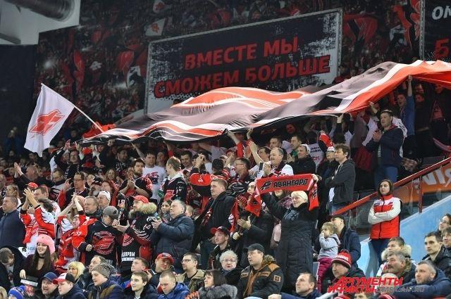 Омские болельщики теперь смотрят матчи любимой команды по телевизору.