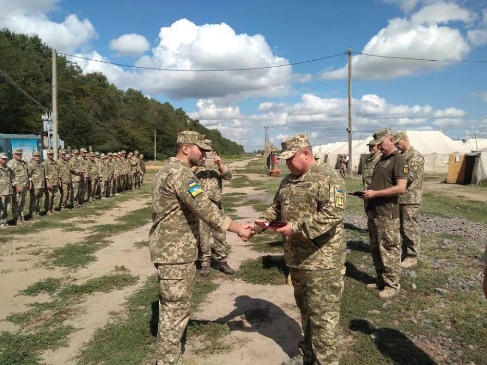 Генерал-полковник Сергей Попко вручил государственные награды личному составу одной из бригад, которые выполняют задачи на Азовском направлении.