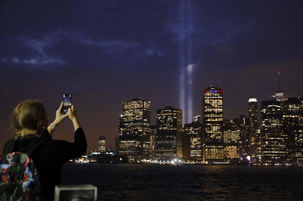 Световой мемориал «Дань в свете» памяти жертв терактов 11 сентября. Вид на башни-«призраки» из Бруклина.