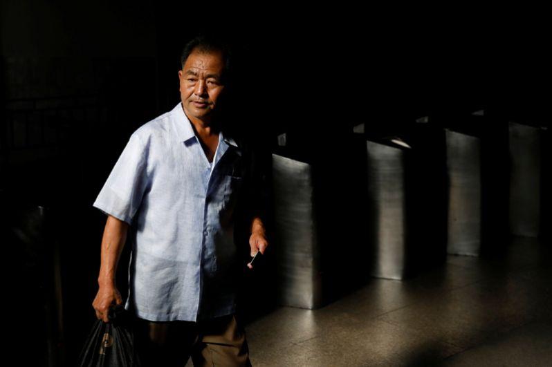 Мужчина проходит через турникеты в метро.