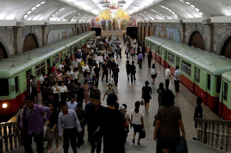 Пассажиры на станции «Ёнгван».