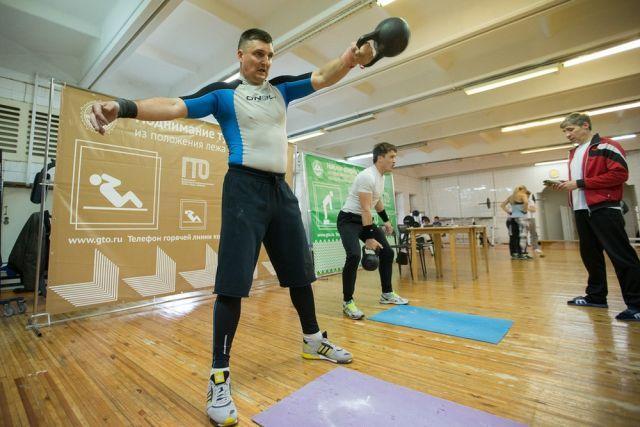 Каждое упражнение с гирей - тоже шаг к значку готовности к труду и обороне.