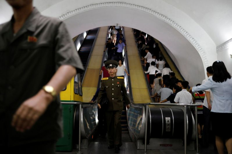 Большинство станций носят названия, связанные с тематикой северокорейской революции. Например, «Пульгынбёль» (Красная звезда), «Ёнгван» (Слава)», «Пухын» (Возрождение).