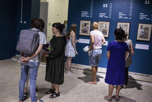 Выставка, где цифры и рисунки говорят о личности в истории края, вызвали большой интерес.