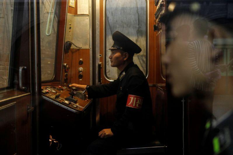 В каждом вагоне висят портреты Ким Ир Сена и Ким Чен Ира.