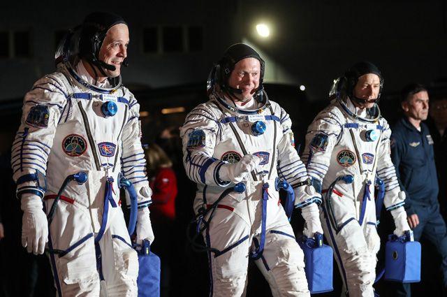 Члены основного экипажа корабля «Союз МС-08» экспедиции МКС-55/56 астронавт НАСА Рики Арнольд, космонавт Роскосмоса Олег Артемьев и астронавт НАСА Эндрю Фойстел (слева направо) перед отъездом на стартовую площадку космодрома Байконур.