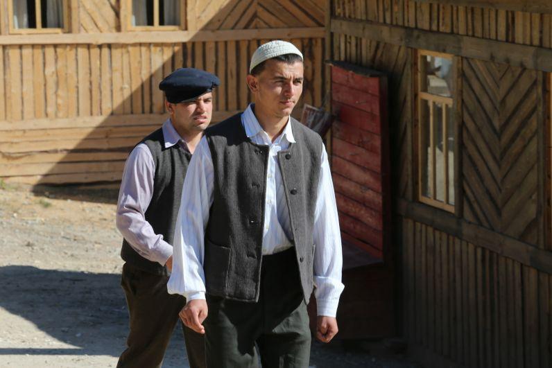 В фильме задейстованы и непрофессиональные актеры. Например, сына Зулейхи Юсуфа играет ученик школы №6, который прошел кастинг.