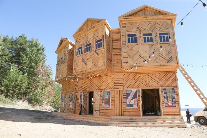 Согласно роману, каторжники сами строили себе жилье.