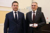 Александру Моору вручили удостоверение губернатора Тюменской области