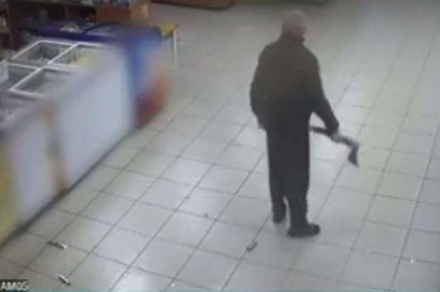 Покупатель пришел в магазин с топором.
