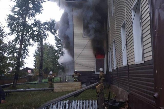 Когда пожарные прибыли на место ЧП, огонь бушевал на первом этаже здания.