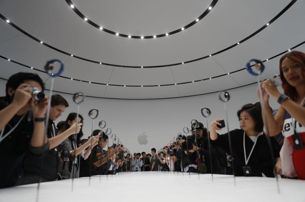 Стенды с новинками Apple на презентации в Купертино.