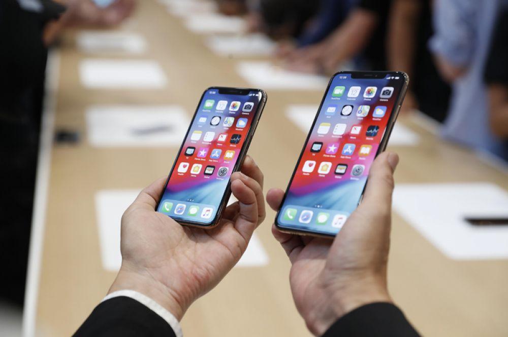 Посетитель держит новые iPhone XS and XS Max.