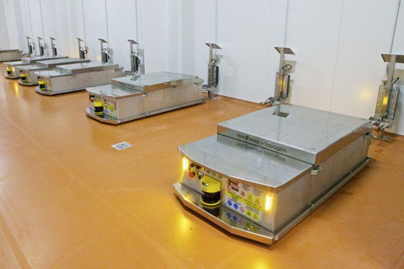 По заводу рамы перемещают роботы, напоминающие тумбочку. Они помнят, в какой день и час начался очередной этап производства, и регулярно навещают каждую раму, взвешивая её и оценивая, как продукт созревает.