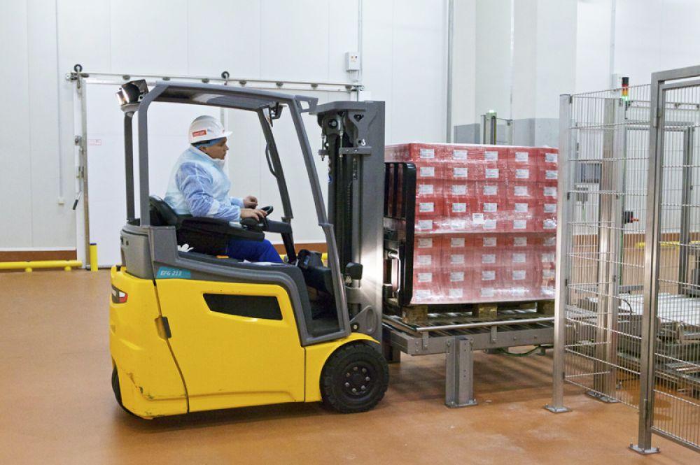 Кары забирают готовую продукцию и отвозят на склад. Производство рассчитано на 30 тыс. т сырокопчёных колбас в год, что на треть закрывает потребности всей России.