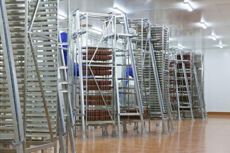 Вот на таких рамах колбасы отправляются в камеры, где в течение 20-30 дней проходят ферментацию и сушку.