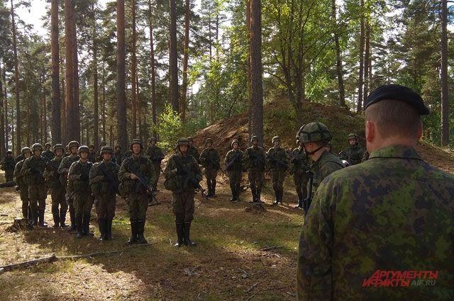 Стрелковое подразделение на отработке боевой задачи.