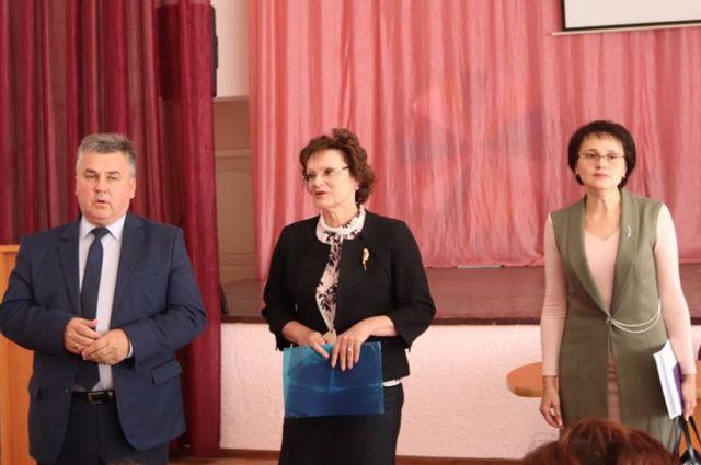 Слева направо: глава Заволжского района Наиль Юмакулов, руководитль городского управления образования Светлана Куликова, вновь назначенная директор школы Марина Алексеева.
