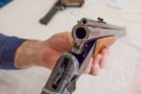 Оружие подозреваемый незаконно хранил дома.