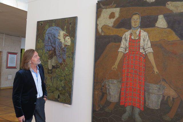 Никас Сафронов с интересом присматривается к работам молодых коллег – участников выставки «Пластовская осень».