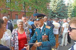 Николай Сергеев встречает прибывающих на праздник выпускников.