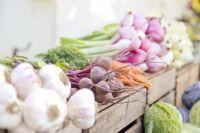 Фрукты и овощи на рынке.