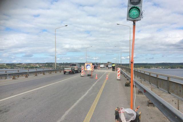На мосту организовано реверсивное движение.