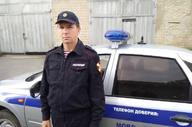 В Новотроицке росгвардеец перехитрил подростком-злоумышленников.