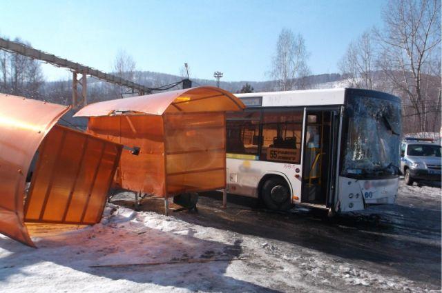 Следствие установило, что автобус занесло на скользкой дороге по вине водителя.