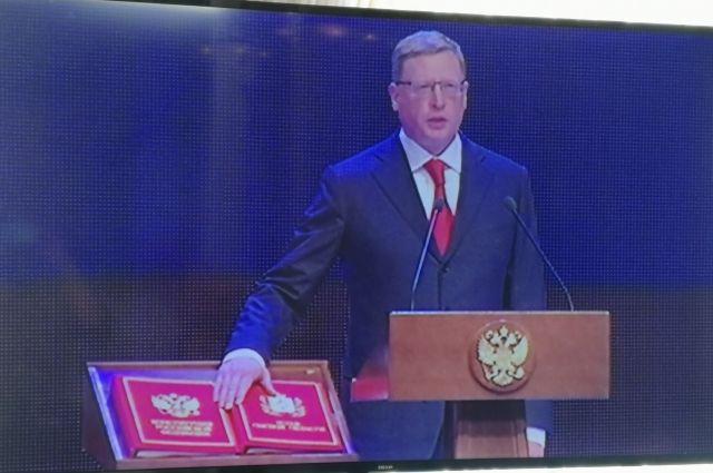 Александр Бурков дал присягу на Конституции России и Уставе Омской области.