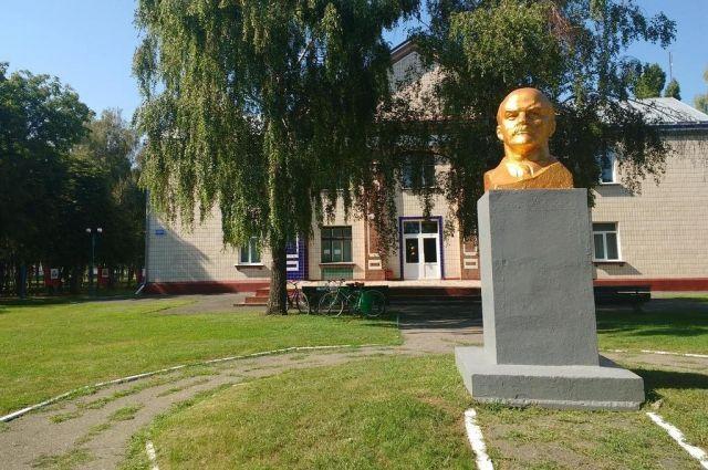 В селе под Полтавой снос памятника Ленину вызвал скандал и протесты