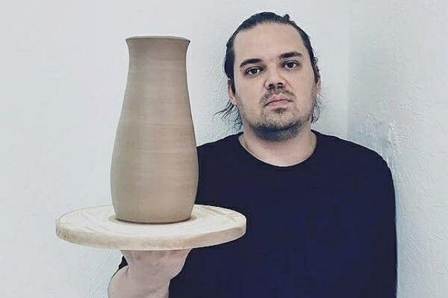 Денис - скульптор-керамист.