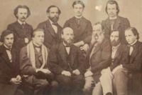 Александр Бутлеров (сидит в центре) преподавал в Казанском университете и был его ректором. Фото из экспозиции Казанской химической школы
