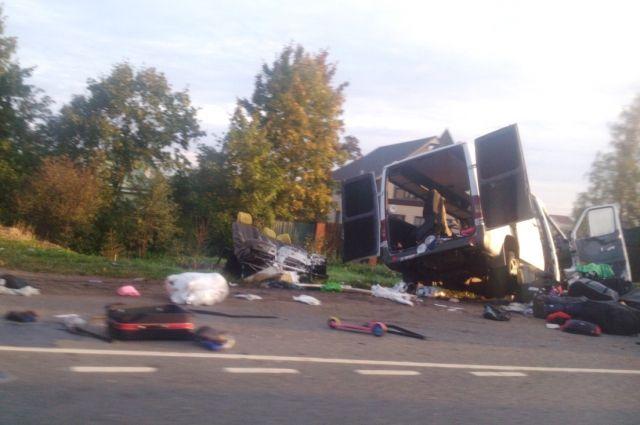 Под Санкт-Петербургом микроавтобус из Украины попал в смертельное ДТП