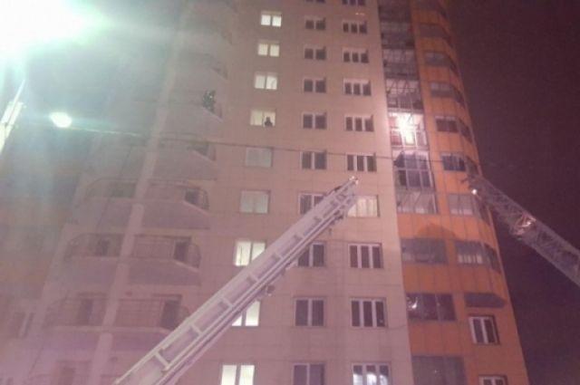 В результате пожара в многоэтажке на ул. Линейная эвакуировали 100 человек