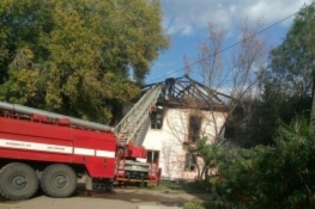 Пожарные пять часов тушили возгорание расселенного дома.