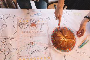 На финише вся команда делит пирог, который в это время испекся в духовке.