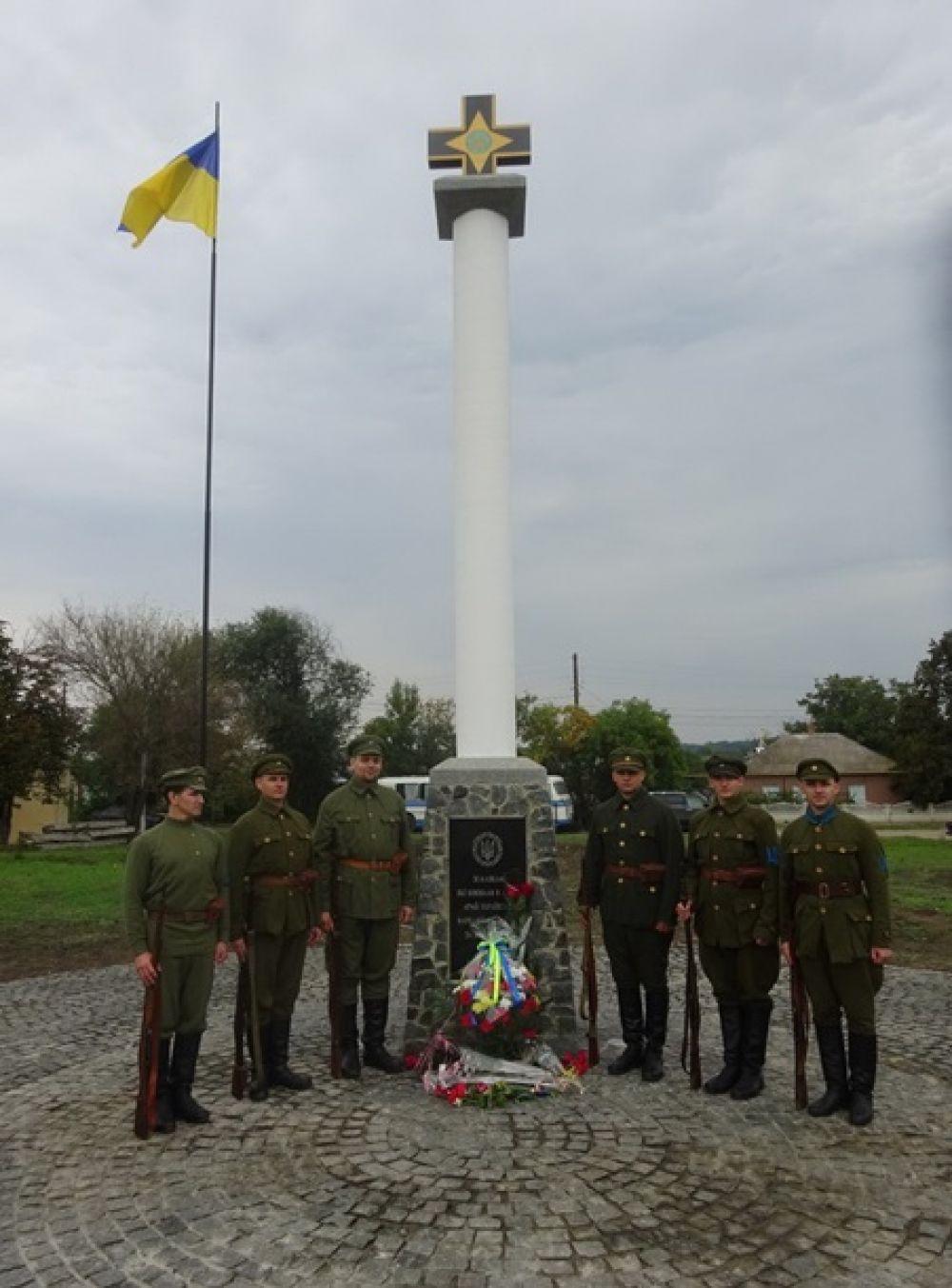 Почтить героев украинского войска собрались представители местной и областной власти, представители общественности.